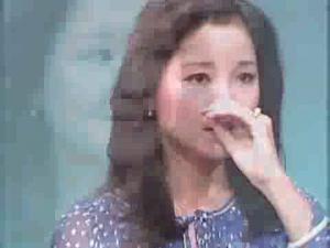 Les larmes des chinoises dans Dèng Lìjūn, Teresa Teng, Chinese longtime powerful singer vlcsnap-5530404-300x225