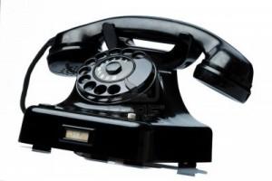 11275968-un-vieux-vieux-telephone-fixe-telephone-sur-un-fond-blanc-300x200